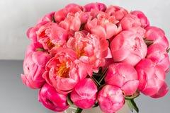 коралл Sharm ранга пионов красивый коралл смешивания и розовый букет цветка в круглой коробке с крышкой Стоковые Фото