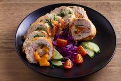 кордон цыпленка Блё Обручи куриной грудки с ветчиной и сыром стоковые фото