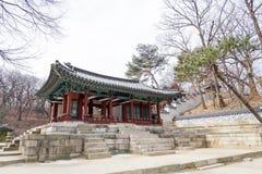 Корейская архитектурноакустическая деталь - дверь f корейской традиции красная деревянная стоковое изображение rf