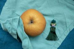 Корейская груша традиционно предложила на праздники Chuseok, на голубой ткани с silk орнаментом стоковые фото