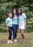 Корейская мать представляя с ее дочерьми Amerasian в дендропарке парка Вашингтона, Сиэтл, Вашингтон стоковое фото