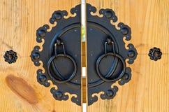 Корейская ручка двери типа на деревянной двери Стоковые Изображения RF