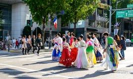 Корейские девушки и мальчики в традиционном платье пересекая дорогу Стоковые Фотографии RF