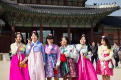 Корейские девушки школы нося Hanbok на дворце Gyeongbokgung, Южной Корее Сеула Стоковые Изображения RF