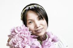 Корейские женщина и цветки Стоковые Изображения RF