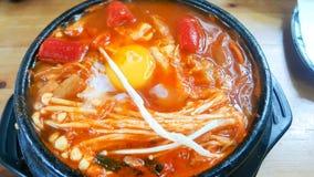 Корейский бак супа на древесине таблицы стоковые фотографии rf