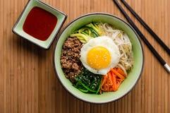 Корейское взгляд сверху блюда Bibimbap Стоковые Изображения RF