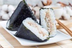 Корейское kimbap Samgak треугольника с nori, рисом и мясом тунца, подобными к японскому onigiri шарика риса горизонтально стоковая фотография