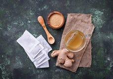 Корень и пакетики чая имбиря стоковая фотография