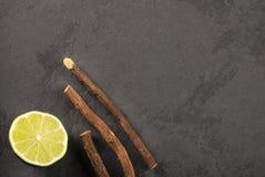 Корень солодки и лимон - glabra Glycyrrhiza Космос текста стоковая фотография