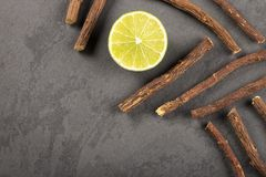 Корень солодки и лимон - glabra Glycyrrhiza Космос текста стоковые фото