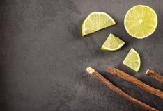 Корень солодки и лимон - glabra Glycyrrhiza Космос текста стоковая фотография rf