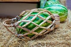 Корзина арбуза плетеная с ручкой на сене Стоковая Фотография