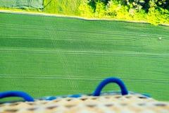 Корзина аэростата на зеленом ландшафте сверху Стоковые Фото