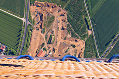 Корзина аэростата на зеленом ландшафте сверху Стоковые Изображения RF