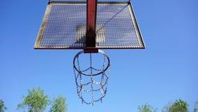 Корзина баскетбола с цепями на суде streetball акции видеоматериалы