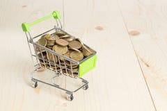 Корзина вагонетки с деньгами стоковая фотография rf