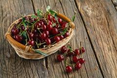 Корзина вишни на деревянной предпосылке Стоковая Фотография RF