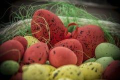 Корзина вполне пасхальных яя Стоковое Фото