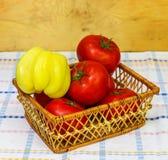 Корзина вполне свежих томатов и перцев Стоковое фото RF