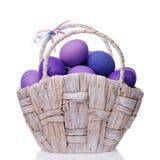 Корзина вполне яичек покрашенных в тенях фиолета Стоковые Изображения