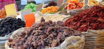 Корзина высушенных дат и высушенных томатов для продажи Стоковое Изображение