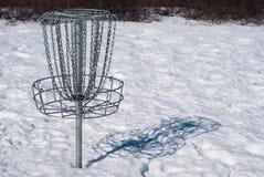 Корзина гольфа диска в снеге стоковые фото
