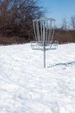 Корзина гольфа диска в снеге стоковые изображения rf