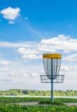Корзина гольфа Frisbee на траве Стоковые Изображения RF