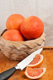 Корзина грейпфрутов и ножа Стоковая Фотография