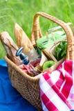 Корзина лета для пикника с вином, хлебом, плодоовощами и закусками Стоковые Фотографии RF