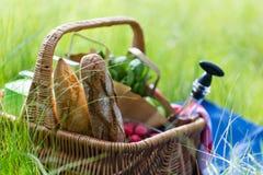 Корзина лета для пикника с вином, хлебом, плодоовощами и закусками Стоковая Фотография