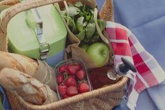 Корзина лета для пикника с вином, хлебом, плодоовощами и закусками Стоковое Фото
