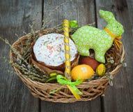 Корзина зайчика пасхи торта пасхального яйца весны Стоковое Изображение