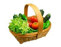 корзина закрепляя свежие включенные овощи путя стоковые фотографии rf