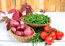 Корзина зеленых фасолей с томатами и луками Стоковое фото RF