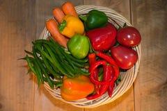 Корзина здоровых сырцовых овощей Стоковые Изображения RF