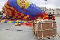 Корзина использующего горячего воздух воздушного шара на том основании Стоковые Фотографии RF