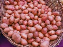 Корзина красных картошек Стоковое Изображение RF