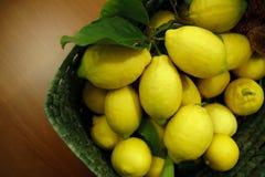 Корзина лимонов на таблице стоковые изображения
