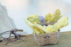 Корзина несущих серы на вулкане Kawah Ijen Стоковые Изображения RF