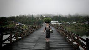 Корзина нося женщины понедельника vegetable на головке Стоковое фото RF