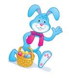 Корзина нося зайчика пасхи с яичками Стоковое Изображение