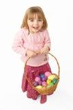 корзина нося пасхальные яйца заполнила детенышей девушки Стоковое Изображение RF