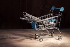 Корзина от супермаркета заполнила с ключами освещена сверху пятном света стоковое фото rf