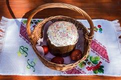 Корзина пасхи плетеная с тортом стоковые фото