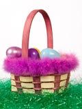 Корзина пасхи с цветастыми яичками Стоковая Фотография