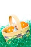 Корзина пасхи с цветастыми яичками Стоковые Фотографии RF