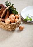 Корзина пасхи - сосиска, яйца стоковые фотографии rf