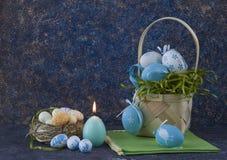 Корзина пасхи с покрашенными пасхальными яйцами на темной каменной таблице стоковое изображение